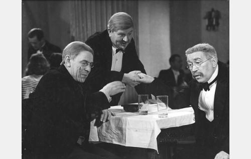 Postimestari Roger Sjöroos (Arvo Lehesmaa), Topi Tolonen (Uuno Montonen) ja Mauri Huhkinen (Eino Jurkka).