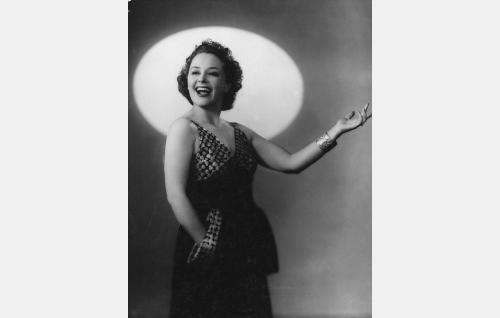 Laulajatar Louise Calatti alias Eulalia-täti (Birgit Kronström).