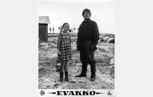 Talvisota on syttynyt. Nikkasen Aalto (Santeri Karilo) ja hänen tyttärensä Sirkka (Eila-Kaarina Roine).