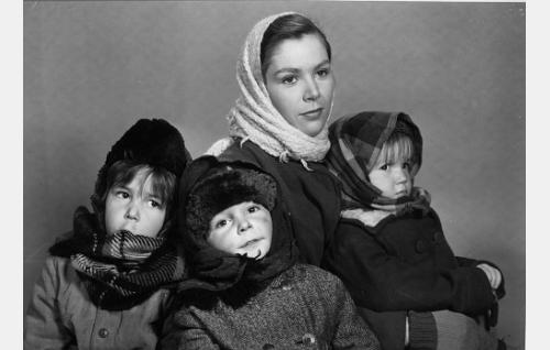 Mirjam Salminen sekä lapset Timo, Juha ja Jaana Salminen.