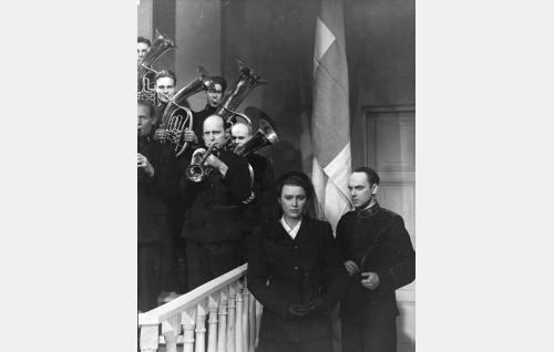 Oikealla etualalla Haaviston Leeni (Ghedi Lönnberg) ja Pelastusarmeijan luutnantti Karila (Rauli Tuomi).