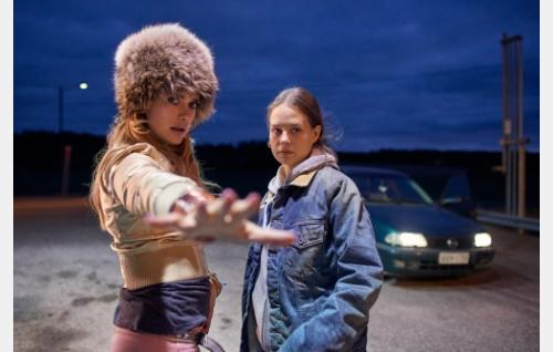 Angela (Krista Kosonen ja Anna (Sonja Kuittinen). Kuva: Sami Kuokkanen © Helsinki-filmi Oy.