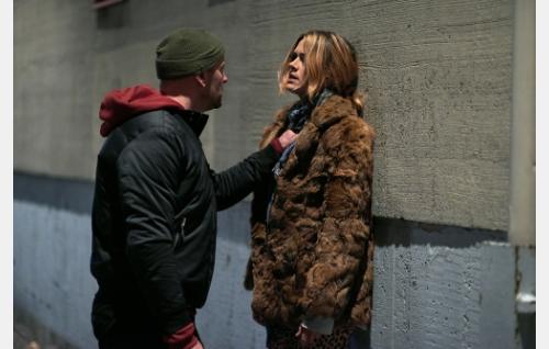 Jakke (Christian Lindroos) perii velkoja Angelalta (Krista Kosonen). Kuva: Sami Kuokkanen © Helsinki-filmi Oy.