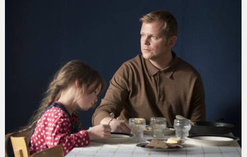 Veera (Kerttu Kairakari) ja hänen isänsä Tapio (Antti Luusuaniemi). Kuva: Silva Mysterium Oy.