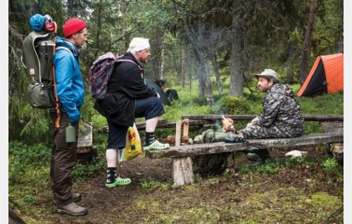 Janne (Jussi Vatanen), Kämäräinen (Santtu Karvonen) ja  Räihänen (Timo Lavikainen). Kuva: Mikko Rasila © 2016. Yellow Film & TV Oy.