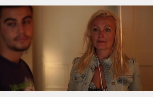 André (Karim Al-Rifai) ja hänen äitinsä (Mari Perankoski). Kuva: Elina Manninen.