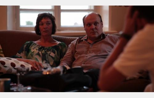 Peten isä (Hannu-Pekka Björkman) ja äiti (Tarja Heinula). Kuva: Elina Manninen.