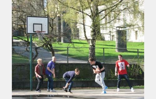 Pojat urheilevat. Kuva: Elina Manninen.
