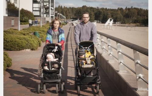 Enni (Marja Salo) ja Terttu sekä Antti (Petteri Summanen) ja Paavo. Kuva: © Solar Films Inc. Oy / Marek Sabogal.