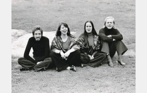 Agit-Propin kokoonpanoksi vakiintui 1970-luvun alkupuolella nelikko Martti Launis (vas.), Monna Kamu, Sinikka Sokka ja Pekka Aarnio. Kuva: Levyn kantta varten otettu pr-kuva.
