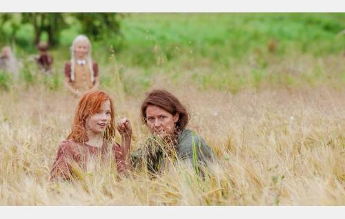 Mary (Eedit Patrakka) ja Sara (Sidse Babett Knudsen). Kuva: Andres Teiss © Matila Röhr Productions Oy.