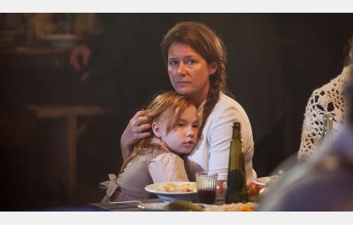 Mary 8-vuotiana (Eedit Patrakka) ja Sara (Sidse Babett Knudsen). Kuva: Andres Teiss © Matila Röhr Productions Oy.