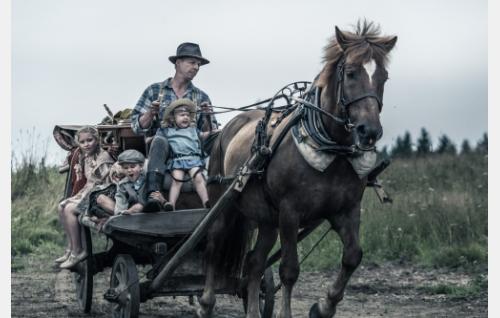 Rokka (Eero Aho) ja lapset. Kuva: Juuli Aschan © Elokuvaosakeyhtiö Suomi 2017.