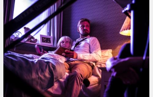 Isä ja tytär (Kris Gummerus ja Roosamaria Mäkinen). Kuva: Juuli Aschan / Black Lion Pictures Oy.