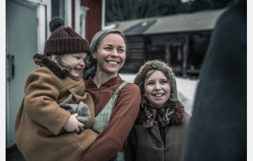 Lyyti (Paula Vesala) ja lapset. Kuva: Juuli Aschan © Elokuvaosakeyhtiö Suomi 2017.