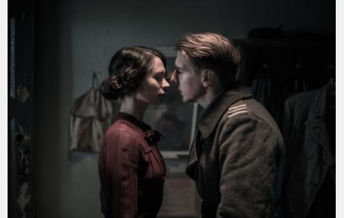 Vera (Diana Pozharskaya) ja Hietanen (Aku Hirviniemi). Kuva: Tommi Hynynen © Elokuvaosakeyhtiö Suomi 2017.