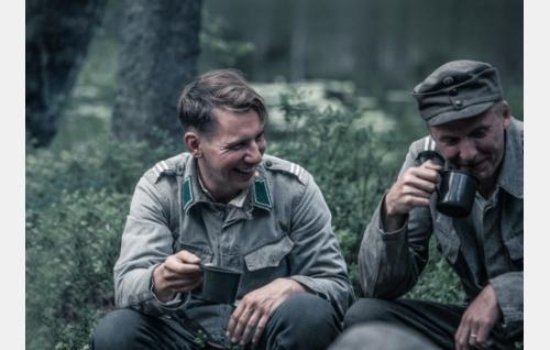 Hietanen (Aku Hirviniemi) ja Rokka (Eero Aho). Kuva: Tommi Hynynen © Elokuvaosakeyhtiö Suomi 2017.