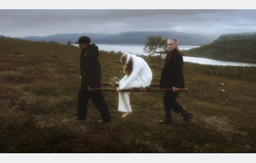 Enkeli (Julianna Kauhaniemi) ja häntä kantavat pojat (Jaakko Raivio, Jere Raivio). Kuva: Making Movies Oy.