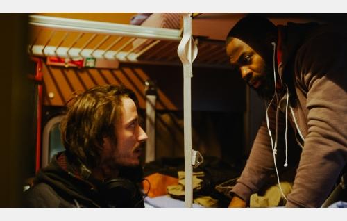 Aleksi (Andreas af Enehielm) ja Francis (David Nzinga). Kuva: Hena Blomberg © Kaiho Republic Oy.