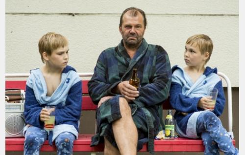 Isä (Kai Lehtinen) ja kaksospojat Jare ja Jere (Niklas ja Julius Liukkonen). Kuva: Helsinki-filmi Oy.