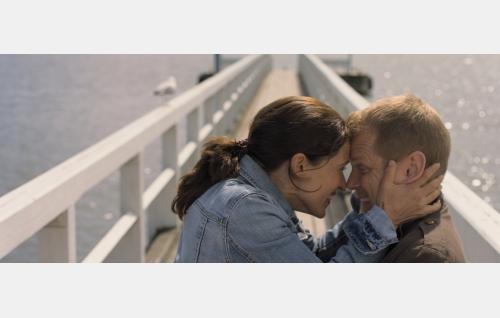 Eevi (Elsa Saisio) ja Kari (Antti Luusuaniemi). Kuva: © Solar Films Inc. Oy.