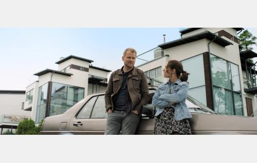 Kari (Antti Luusuaniemi) ja Eevi (Elsa Saisio). Kuva: © Solar Films Inc. Oy.