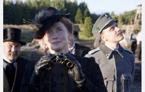 Valtionhoitaja Svinhufvud (Jarmo Kääriäinen), Helen Kalm (Leena Pöysti) ja kapteeni Kalm (Jani Volanen). Kuva: Veera Aaltonen / Inland Film Company Oy.