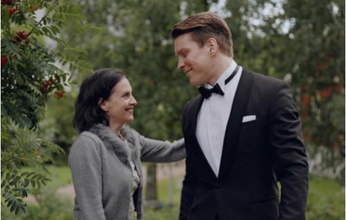 Aini-äiti (Anna-Leena Härkönen) ja Jare (Antti Holma). Kuva: Helsinki-filmi Oy.