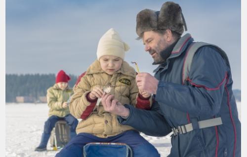 Jare (Niklas Liukkonen) ja isä (Kai Lehtinen), taustalla Jere (Julius Liukkonen). Kuva: Helsinki-filmi Oy.