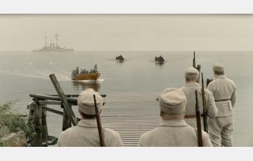 Saksalaiset joukot nousevat vankisaarelle. Kuva: Inland Film Company Oy.
