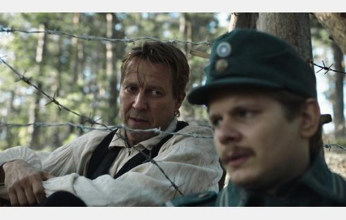 Toivo Parikka (Martti Suosalo) ja Alfred Nyborg (Paavo Kinnunen). Kuva: Inland Film Company Oy.