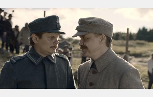 Alfred Nyborg (Paavo Kinnunen) ja kapteeni Kalm (Jani Volanen). Kuva: Inland Film Company Oy.
