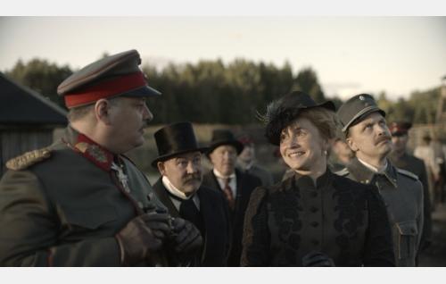 Kenraali von der Goltdz (Rüdiger Klink), valtionhoitaja Svinhufvud (Jarmo Kääriäinen ), Helen Kalm (Leena Pöysti) ja kapteeni Kalm (Jani Volanen). Kuva: Veera Aaltonen / Inland Film Company Oy.