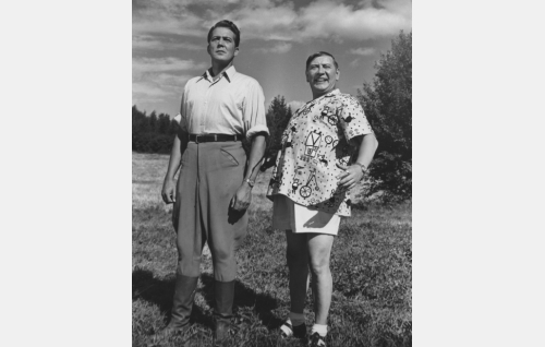 Pehtoori (Erkki Viljos) ja luutnantti Hugo Mandelcrona (Oiva Sala).