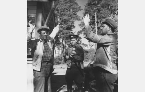 Pummi (Eemeli), Joltinen (Hannes Häyrinen) ja poliisi Kumpulainen (Ari Laine)