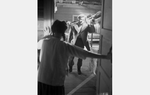 Janne (Helge Herala) saapuu Leenan (Eeva-Kaarina Volanen) luo murhatyön jälkeen.
