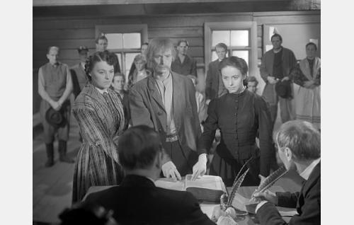 Todistajina käräjillä vasemmalta Mattilan Sandra (Rauha Rentola), Hallin isäntä (Aksu Lukkonen) ja Leena Matildantytär (Eeva-Kaarina Volanen) kaksi sormea Raamatun päällä.
