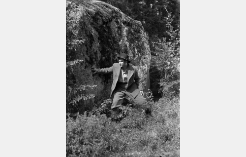 Janne (Helge Herala) kiven takana piilossa odottamassa postivaunuja.