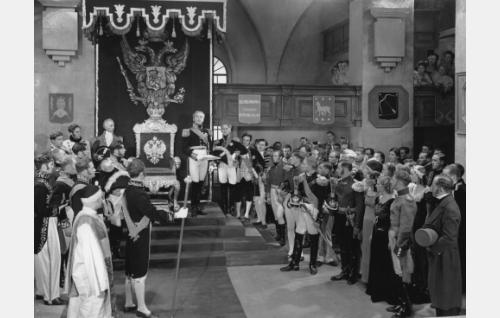 Aleksanteri I:n valtaistuinpuhe Porvoon valtiopäivillä 1809. Keisaria esittää Leo Lähteenmäki.