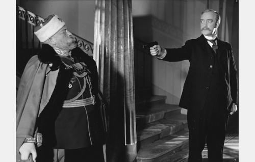 Eugen Schauman (Runar Schauman) ampuu senaatin portaikossa kenraalikuvernööri Bobrikoffin (Aku Korhonen).