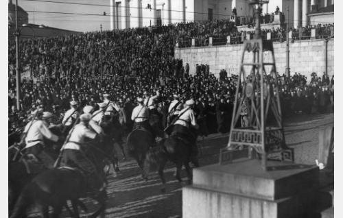 Avustajat Senaatintorilla kuvattuun joukkokohtaukseen kerättiin lehti-ilmotusten avulla. Paikalla sanottiin olevan noin 10 000 henkeä.