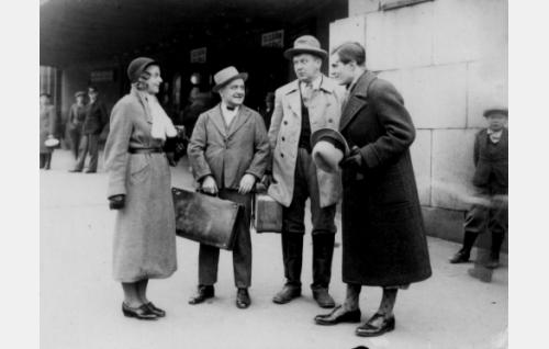 Maikki Mattila (Regina Linnanheimo), Fransi (Matti Jurva), Konstu (Uuno Montonen) ja Sund (Tauno Palo) Helsingin rautatieasemalla.