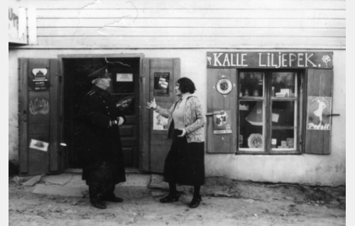 Konstaapeli (S. Siponen) ja Liljepekin Neilikka (Helinä Svensson-Timari).