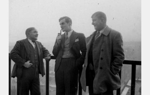 Fransi (Matti Jurva), Sund (Tauno Palo) ja Konstu (Uuno Montonen) Hotelli Tornissa.