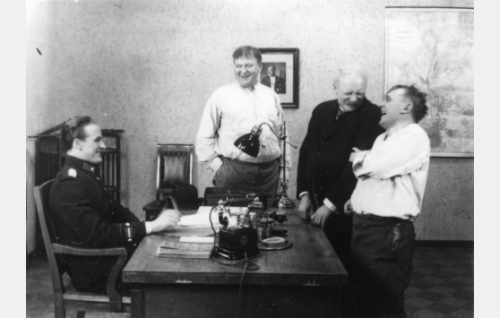 Asiat selviävät: komisario Airisto (Tanu Majuri), Konstu (Uuno Montonen), Kalle (Aku Korhonen) ja Fransi (Matti Jurva).