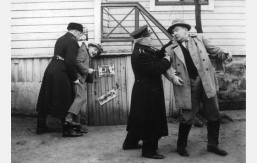 Konstaapelit (Matti Berg ja S. Siponen) pidättävät Fransin (Matti Jurva) ja Konstun (Uuno Montonen).