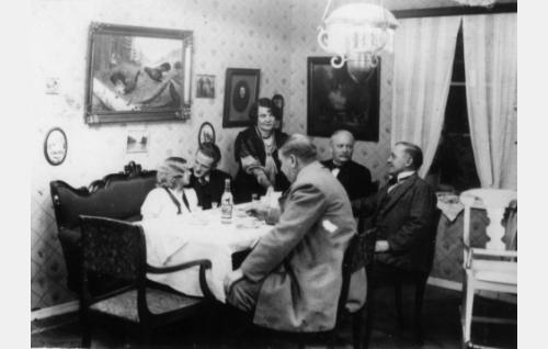 Kihlapari Maikki (Regina Linnanheimo) ja Vilho (Tanu Majuri) sekä Neilikka (Helinä Svensson-Timari),  Kalle (Aku Korhonen), Fransi (Matti Jurva) ja Konstu (Uuno Montonen) juhlivat Liljepekillä.