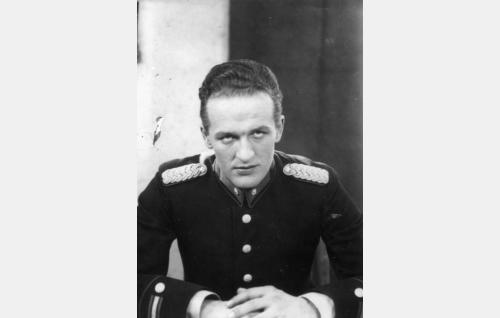 Komisario Vilho Airisto (Tanu Majuri).