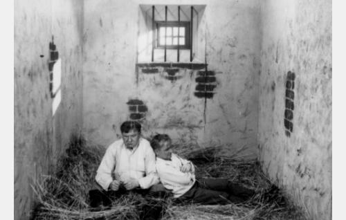 Konstu (Uuno Montonen) ja Fransi (Matti Jurva) pahnoilla.