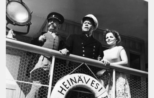 Poliisi Vihulainen (Heimo Lepistö), kapteeni (Reino Valkama) ja tämän tytär Salli (Sirkka-Liisa Wilén).